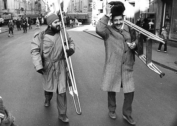 Фотокорреспонденты Апександр Николаев и Игорь Потемкин возвращаются в редакции со съемки ноябрьской демонстрации. Фото Павла Маркина. Интерпресс