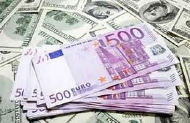 Официальный курс доллара упал почти на рубль