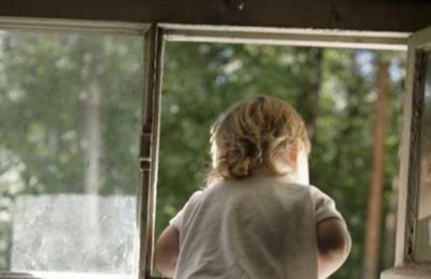 Трехлетний ребенок выпал из окна дома на Гранитной улице