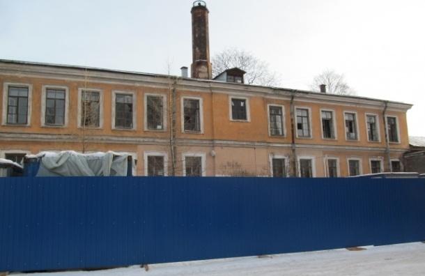 У здания бывшей Обуховской больницы появился новый забор