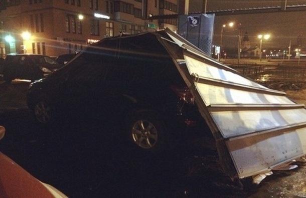 Рекламный щит прикрыл собой автомобиль и поцарапал вторую машину