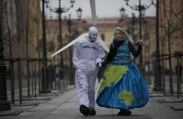 Волонтеры Гринпис «поженили» планету с ветряным электрогенератором