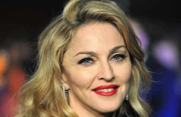 Певица Мадонна упала со сцены, выступая на церемонии Brit Awards