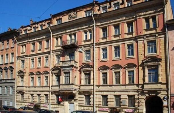 На Моховой улице мужчина совершил попытку суицида, выбросившись из окна, но выжил