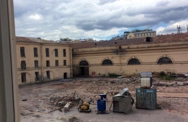 Петербуржцы требуют остановить снос «Конюшенного ведомства»