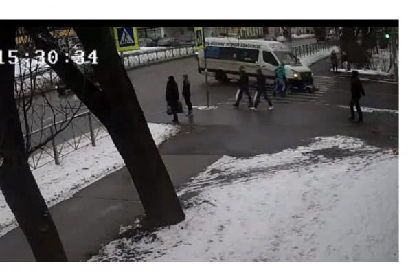 В Ломоносове водитель маршрутки сбил ребенка и скрылся