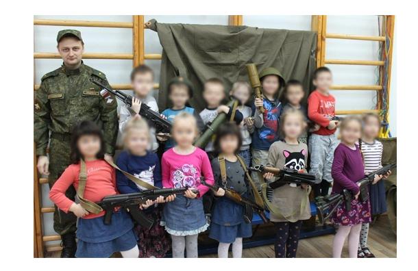 В детском саду Петербурга провели День ополченца с калашниковым