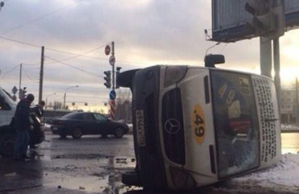 Маршрутное такси опрокинулось на проспекте Большевиков