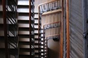 Пенсионер погиб, упав в лестничный пролет с девятого этажа
