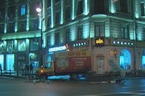 На площади Толстого «Газель» сбила светофор на глазах у ГИБДД