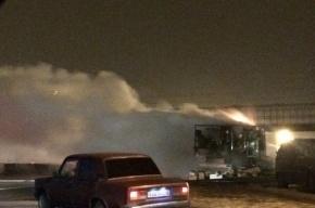 Пожарные Петербурга ночью тушили прицеп грузовика