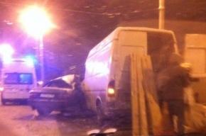 В Петербурге на Кантемировском мосту микроавтобус смял иномарку