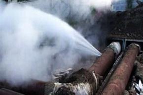 На улице Тельмана прорвало трубу с горячей водой