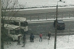 Очевидцы: в аварии на Софийской улице столкнулись легковушка и маршрутка