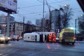 В аварии на Светлановской площади опрокинулся автомобиль «скорой»