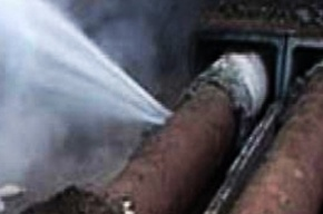 Трубу с холодной водой прорвало на Уткином проспекте