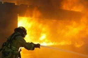 На улице Профессора Качалова пожарные тушат ангар по повышенному рангу