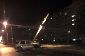 В Колпино автомобиль снес ограждение и столб