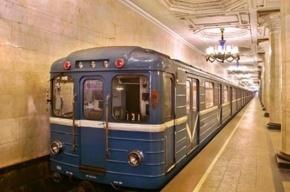 Петербургские правоохранители вычислили нарушителя, из-за которого поезд в метро поехал с открытой дверью