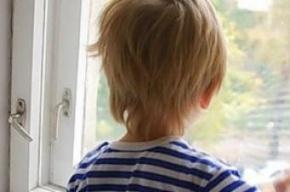 Шестилетний мальчик выпал из окна пятого этажа в Невском районе