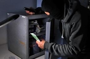 В Адмиралтейском районе грабители обчистили букмекерскую контору.
