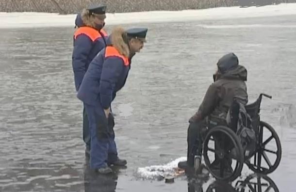 Спасатели МЧС сняли рыбака-инвалида с невского льда у Петропавловской крепости