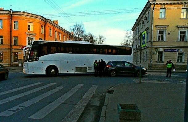 В Пушкине столкнулись внедорожник Ford и туристический автобус