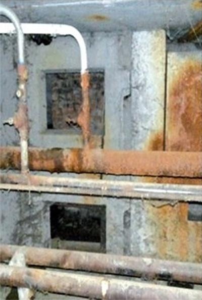 Устаревшие трубы в доме по адресу Колпинское шоссе, 5. Фото: Артемий Галицын