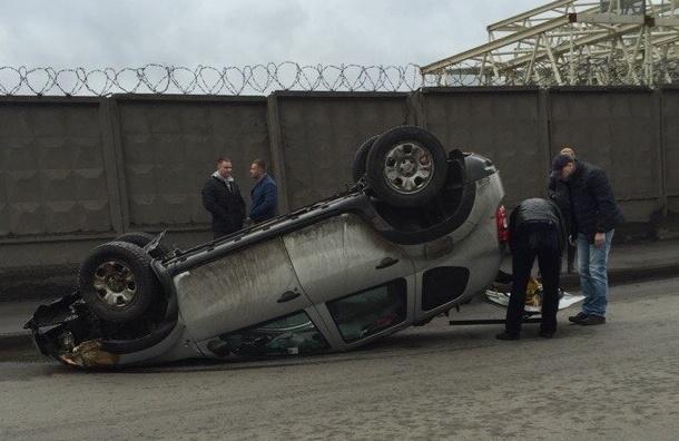 На Витебском проспекте автомобиль Renault Duster встал на крышу