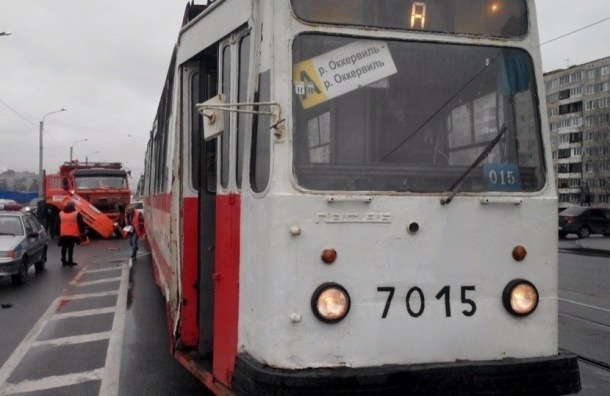 На проспекте Солидарности КАМАЗ врезался в бок трамвая