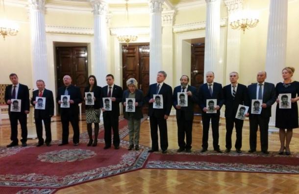 Депутаты петербургского ЗакСа пришли на заседание с портретами Бориса Немцова