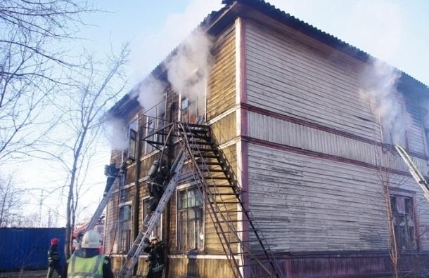 В заброшенном доме на «Фарфоровской» в огне погиб человек