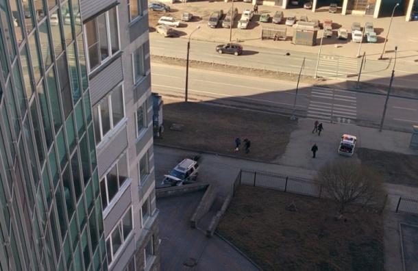 На улице Одоевского «Форд» врезался в парапет из-за плохого самочувствия водителя