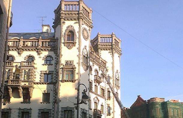 Троих руферов МЧС вызволяла с крыши театра им. А. Миронова