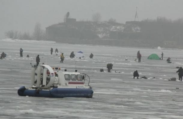 С отколовшейся льдины в Финском заливе спасли 26 рыбаков