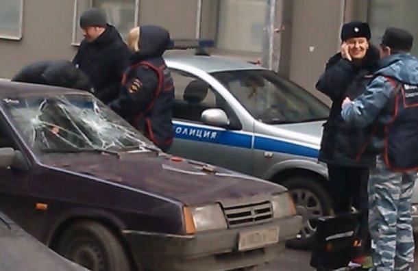 У банка в центре Петербурга прохожие наблюдали погоню и перестрелку