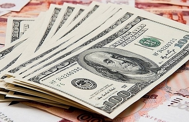 Курс доллара продолжает падать на фоне дорожающей нефти