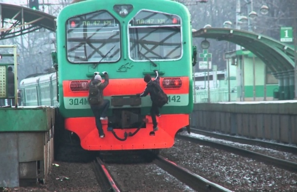 Транспортная полиция снимает с поездов «зацеперов»