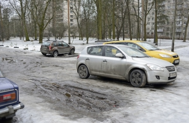 Автомобилисты используют сквер под парковку