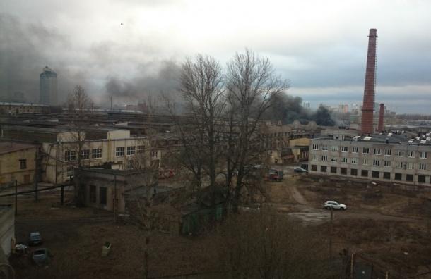 На Чугунной улице тушат пожар на территории бывшего Трамвайно-механического завода