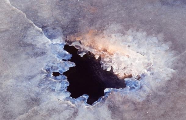 На Ижорском озере человек провалился под лед