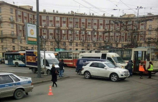 Маршрутка и трамвай столкнулись на Заневской площади