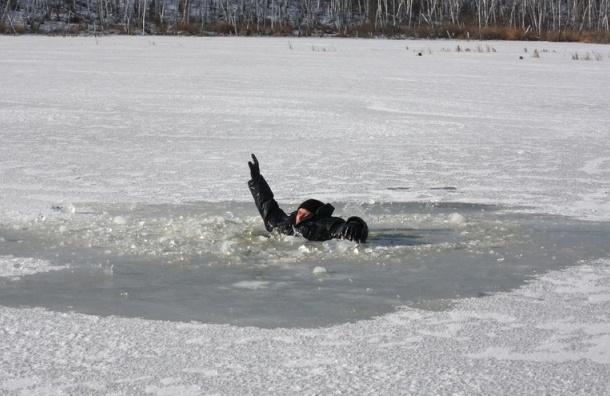 В Кронштадте рыбак замерз, провалившись под лед