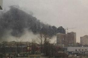Строящееся здание горит на Московском шоссе