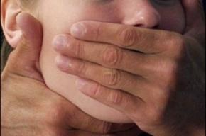 В Петроградском районе Петербурга 26-летний злоумышленник изнасиловал 19-летнюю девушку
