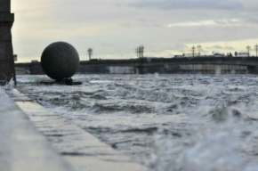 Сильный ветер в Петербурге сносит дорожные знаки