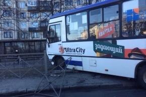 В Петербурге маршрутное такси пробило дорожное ограждение