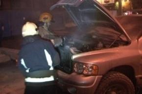 На Садовой улице автомобиль «Крайслер» в огне потерял моторный отсек