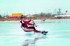 Кайтсерфингист провалился под лед Финского залива