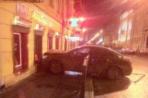 В Петербурге иномарка врезалась в стену ресторана на Казанской улице